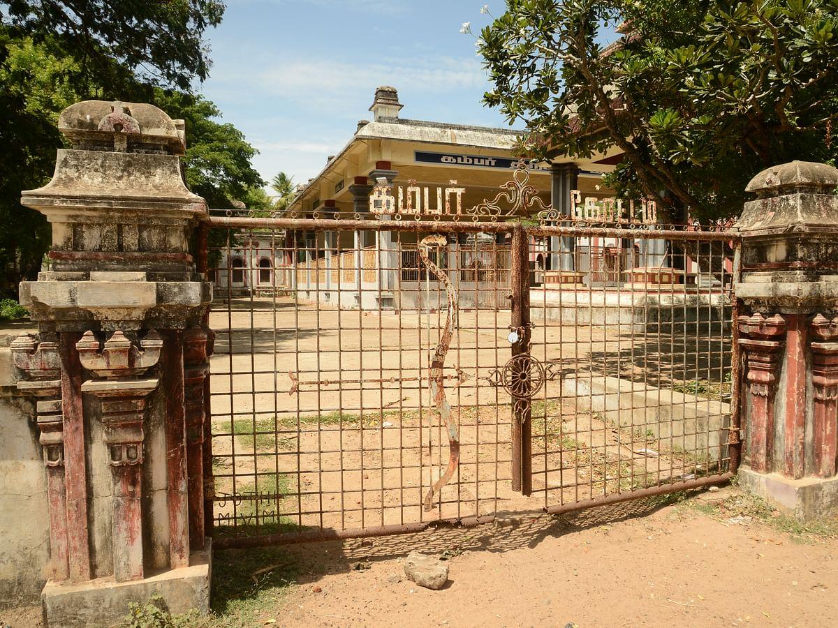 சிதைந்த நிலையில் கம்பர் நினைவாக கட்டப்பட்ட 'கம்பர் கோட்டம்' #VikatanPhotoStory