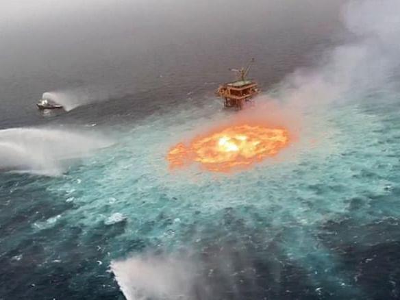Eye of fire: தீப்பற்றி எரிந்த கடல்... மெக்சிக்கோ கடல் பகுதியில் என்ன நடந்தது?
