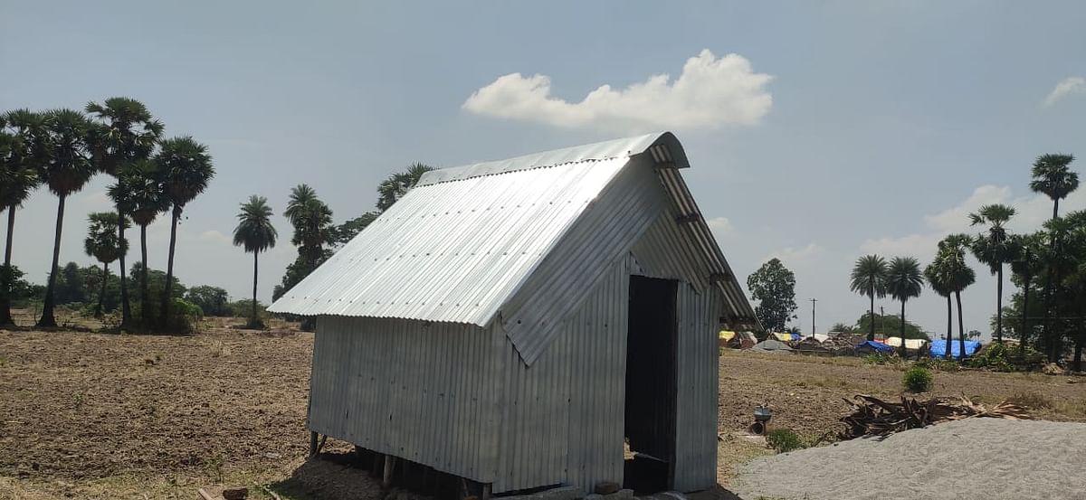 அங்கன்வாடி நிலத்தை ஆக்கிரமித்து அமைக்கப்பட்டுள்ள தகர கொட்டகை