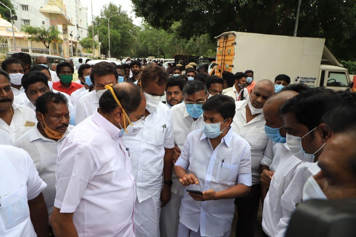 எம்.ஆர்.விஜயபாஸ்கர் வீட்டுக்குச் சென்ற சி.வி.சண்முகம் தலைமையிலான கட்சி நிர்வாகிகள்