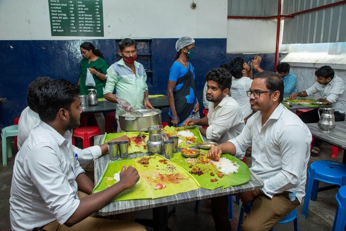 கார்த்திக் மெஸ் வாடிக்கையாளர்கள்