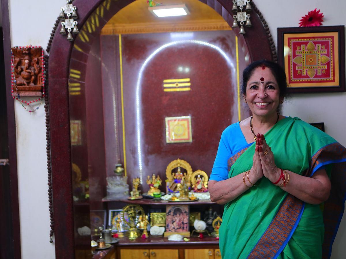 """""""100 ஆண்டுகள் பழைமையானது... ஆனால் அதுதான் என் பொக்கிஷம்!"""" - ரேவதி சங்கரன் வீட்டு பூஜை அறை! #Video"""