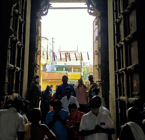 பக்திப் பரவசத்துடன் நுழைந்த பக்தர்கள்