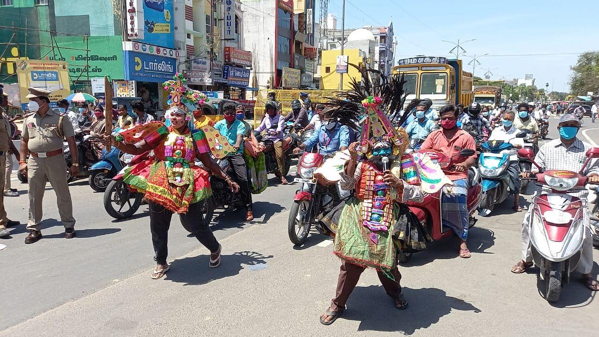 தெருக்கூத்து கலைஞர்கள் வேடத்தில் கொரோனா விழிப்புணர்வு