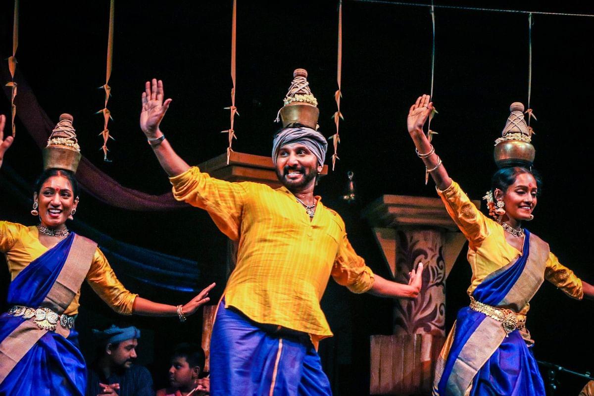குழுவினருடன் ஆனந்த கண்ணன்