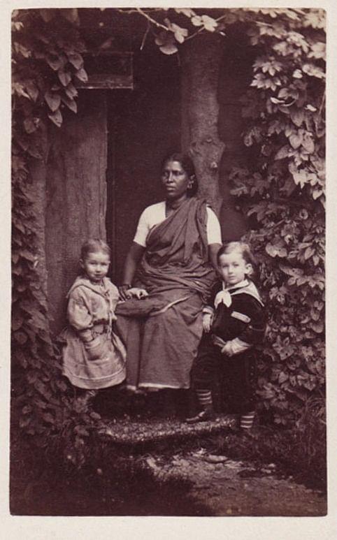 பிரித்தானிய அதிகாரிகளின் குழந்தைகளுடன் மதுரைப் பெண்மணி