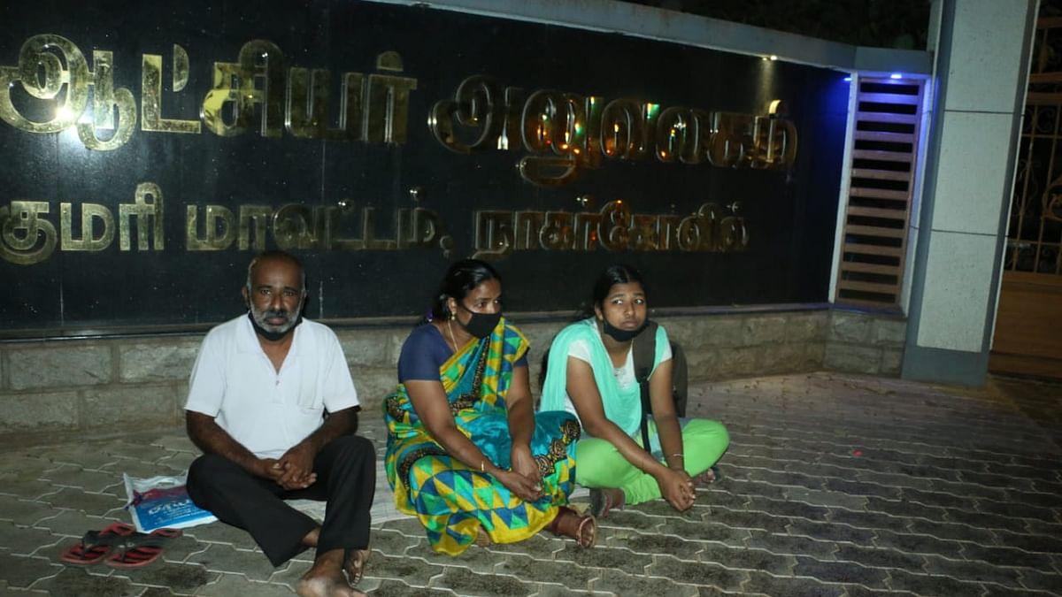 கலெக்டர் அலுவலகம் முன்பு அமர்ந்த அருள்ராஜ்