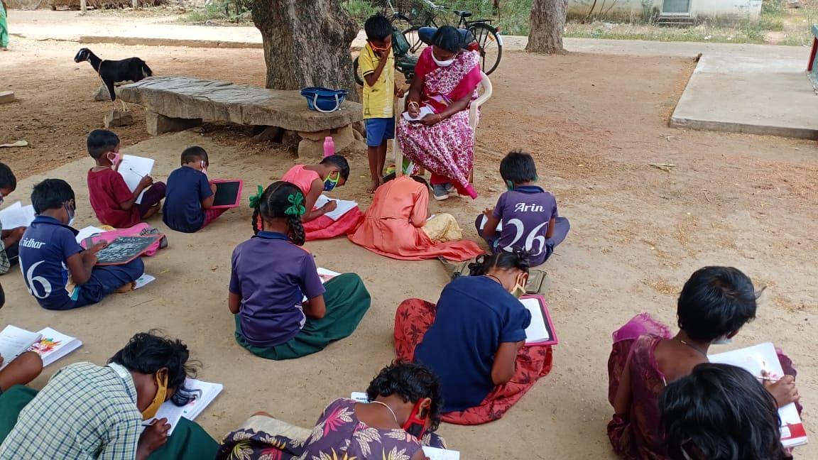 ஆசிரியை மீனா வகுப்பில் மாணவர்கள்