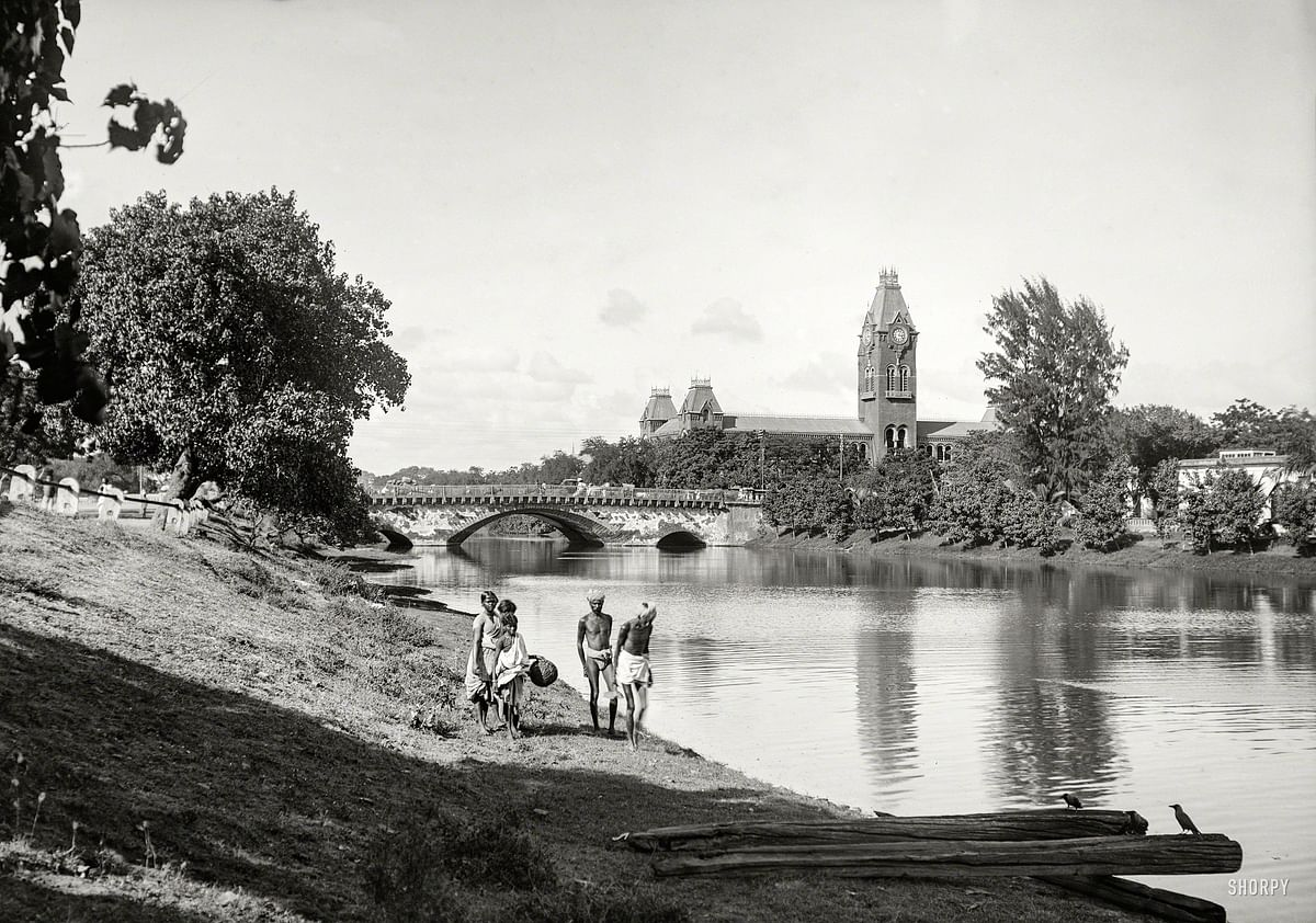 சென்ட்ரல் ரயில் நிலையத்தைக் கடக்கும் பக்கிங்ஹாம் கால்வாய்