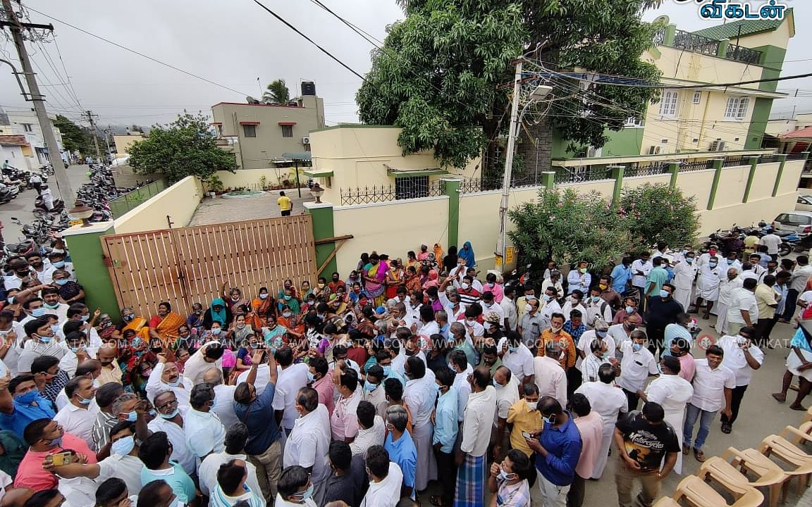 `மொத்தம் 100 பேருக்குக் குறி!' - எஸ்.பி.வேலுமணி ரெய்டு பின்னணி..!