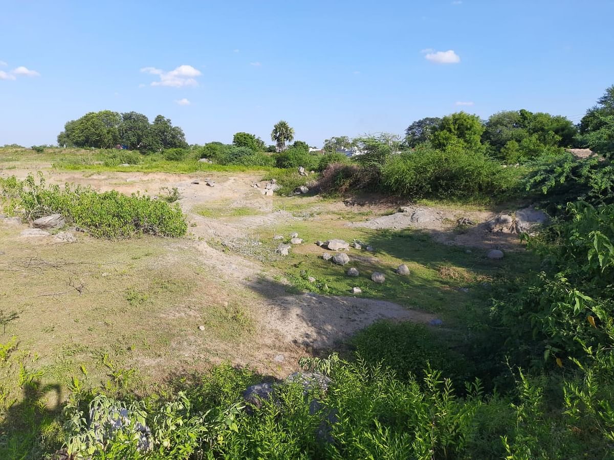 குளம் வெட்டியதாக கூறப்படும் ஏரிப் பகுதி