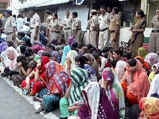 நாக்பூர்: 'ரெட் லைட்' பகுதிக்கு 'சீல்' வைத்த போலீஸார்; போராட்டத்தில் ஈடுபட்ட பாலியல் தொழிலாளர்கள்!