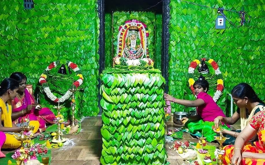 பெரியகாண்டியம்மனுக்கு 1,00,108 வெற்றிலை அலங்காரம்...  கொரோனா 3வது அலையை தடுக்க நடந்த வேண்டுதல்!