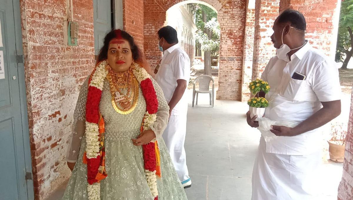 போலீஸ் டிஐஜி அலுவலகத்திற்கு வந்த பெண் சாமியார்
