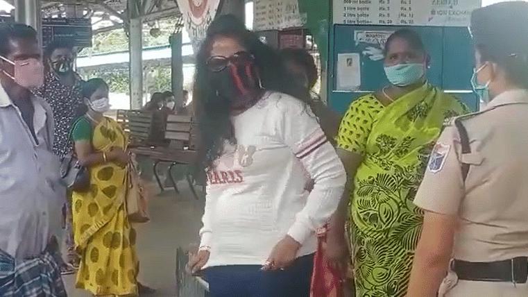 பிளாட்பாரத்தில் நடனமாடிய இளம்பெண்