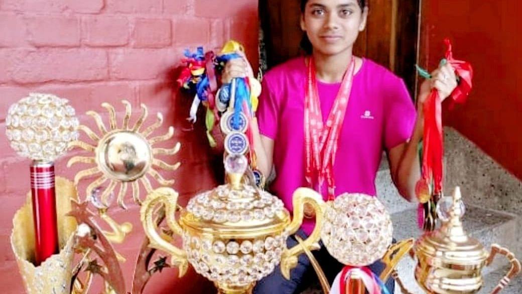 தடகளப் போட்டியில் வாங்கிய பரிசுகளுடன் மாணவி ஷமீஹா பர்வின்