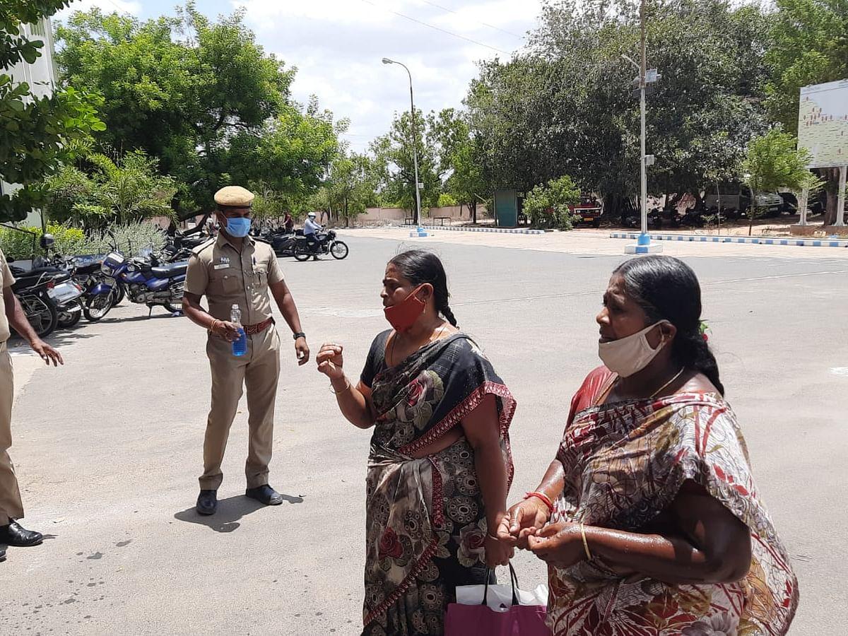 கரூர்: 'புகார் மீது போலீஸ் நடவடிக்கை எடுக்கவில்லை!'ஆட்சியர் அலுவலகத்தில் தற்கொலைக்கு முயன்ற பெண்கள்