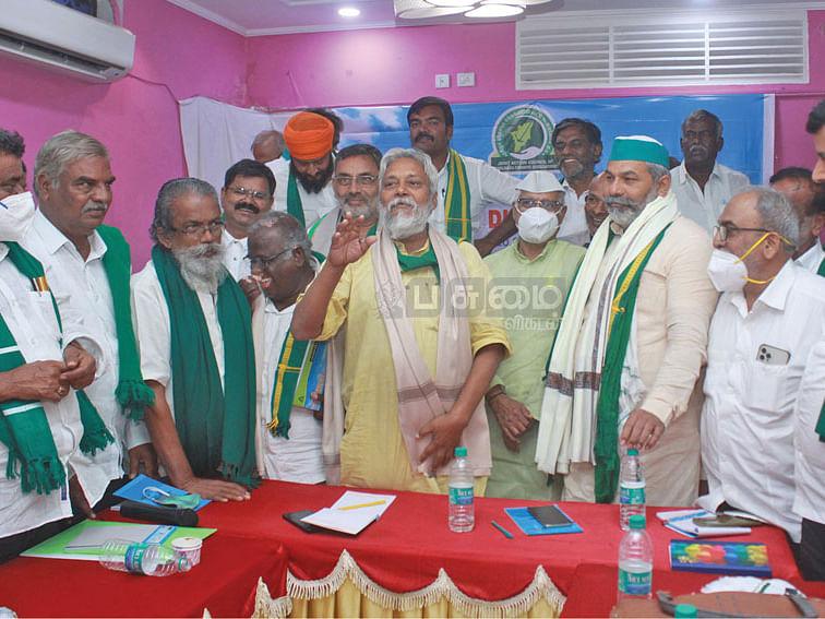 மாநாட்டில் விவசாயப் பிரதிநிதிகளுடன் ராஜேந்திர சிங்