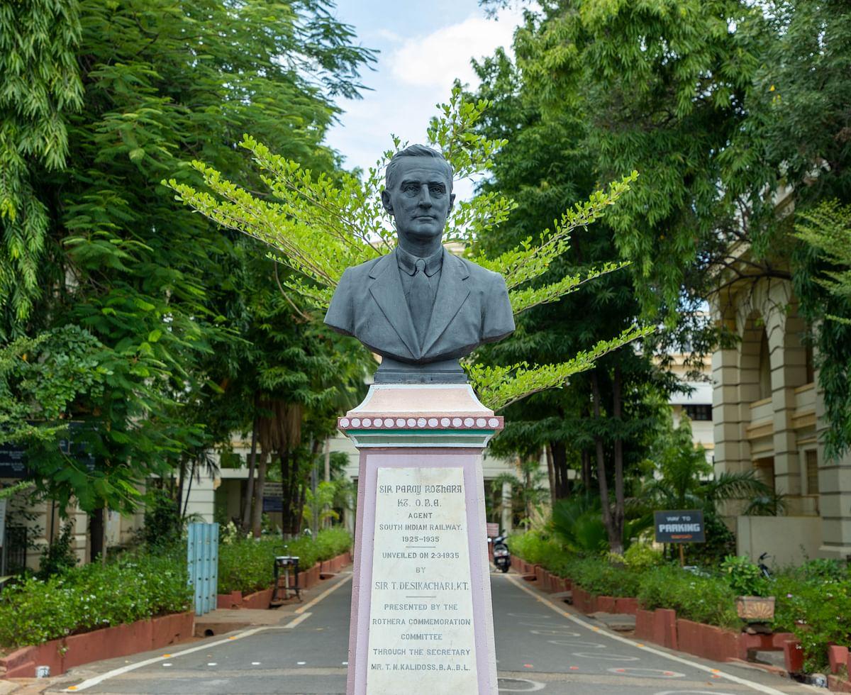 பெர்சி ரொதேரா சிலை