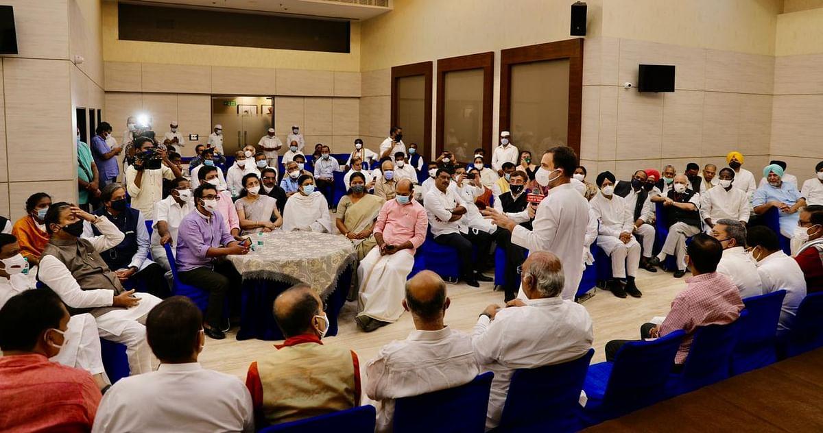 எதிர்க்கட்சி உறுப்பினர்களுடன் ராகுல் காந்தி