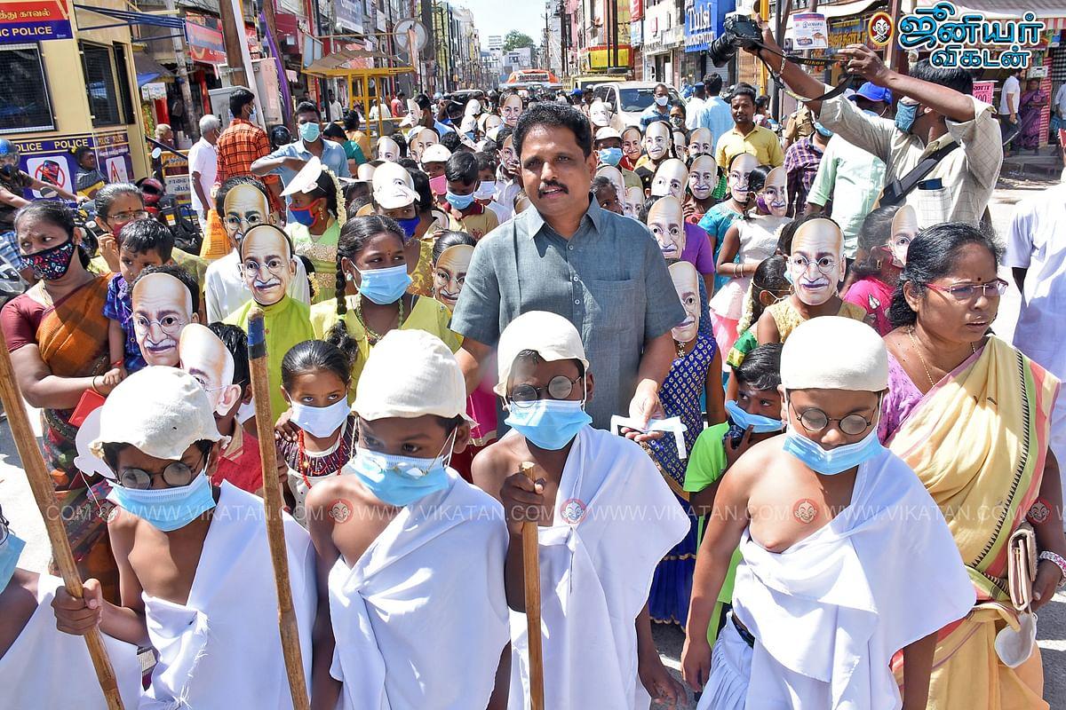 காந்தி முகமூடியை அணிந்த குழந்தைகளுடன் எம்.பி சு.வெங்கடேசன்