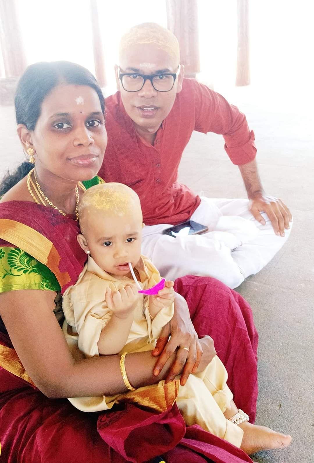 குழந்தையுடன்  கார்த்திக் நேத்தா மற்றும் கீதா கார்த்திக் நேத்தா தம்பதியினர்