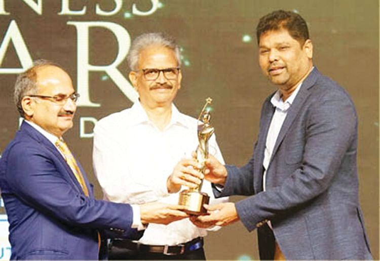 Girish Mathrubootham with Nanayam Business Star award