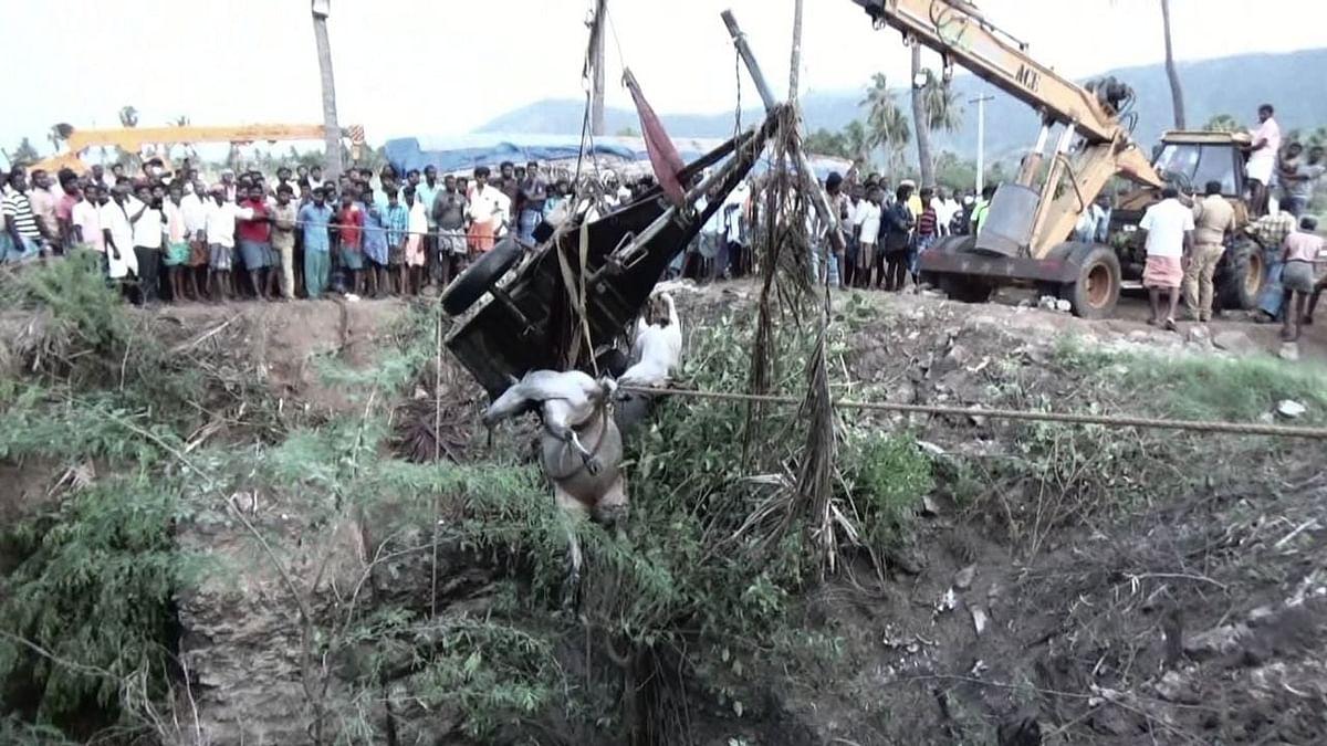 மாட்டுவண்டியுடன் கிணற்றுக்குள் விழுந்த விவசாயி