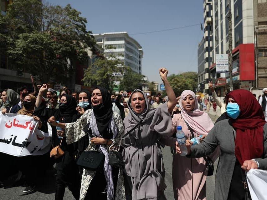 ஆப்கானிஸ்தான்: `மின்சாரம், சவுக்குகளால் தாக்கும் தாலிபன்கள்' -பெண்கள் போராட்டத்தில் என்ன நடக்கிறது?!