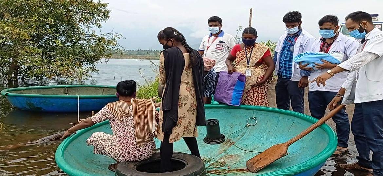 பிறந்த குழந்தையுடன் 108 ஆம்புலன்ஸ் ஊழியர்கள் பரிசல் பயணம்