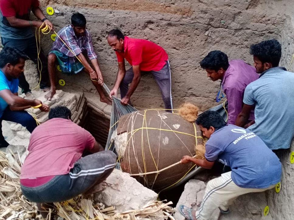 கொற்கை அகழாய்வு: 9 அடுக்கு செங்கல் கட்டுமானத்திற்குள் கண்டுபிடிக்கப்பட்ட 2 அடுக்கு கொள்கலன்!