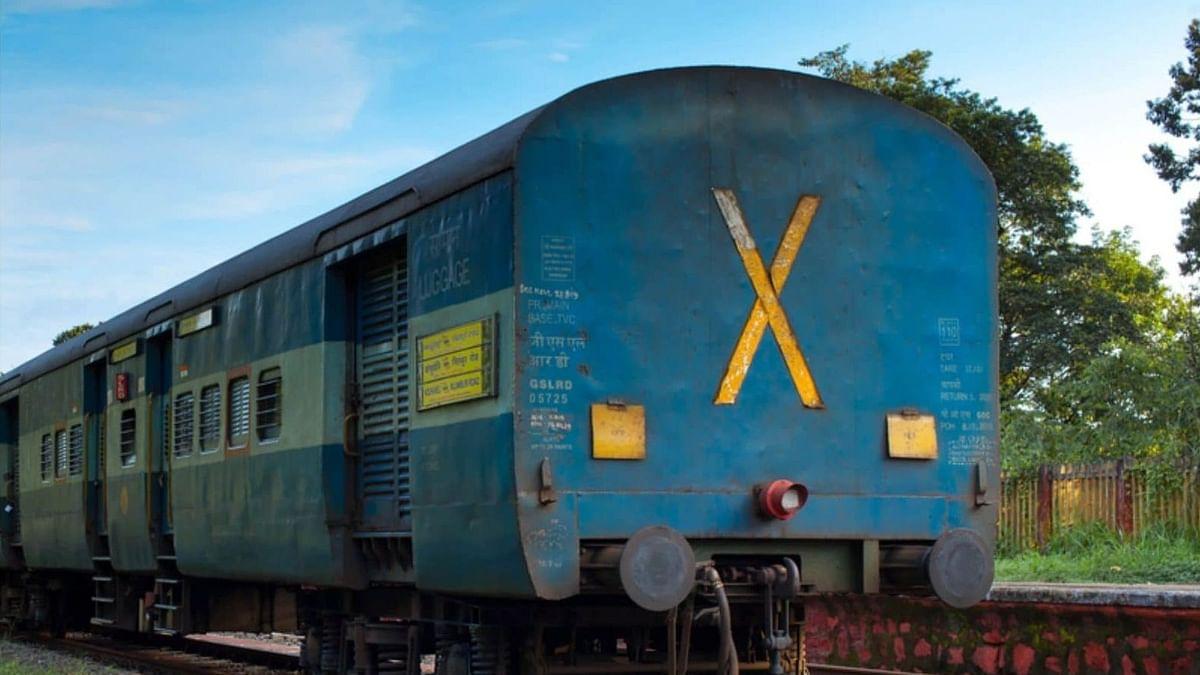 ரயிலின் கடைசி பெட்டியில் இடப்பட்டிருக்கும் 'X' குறியீடு