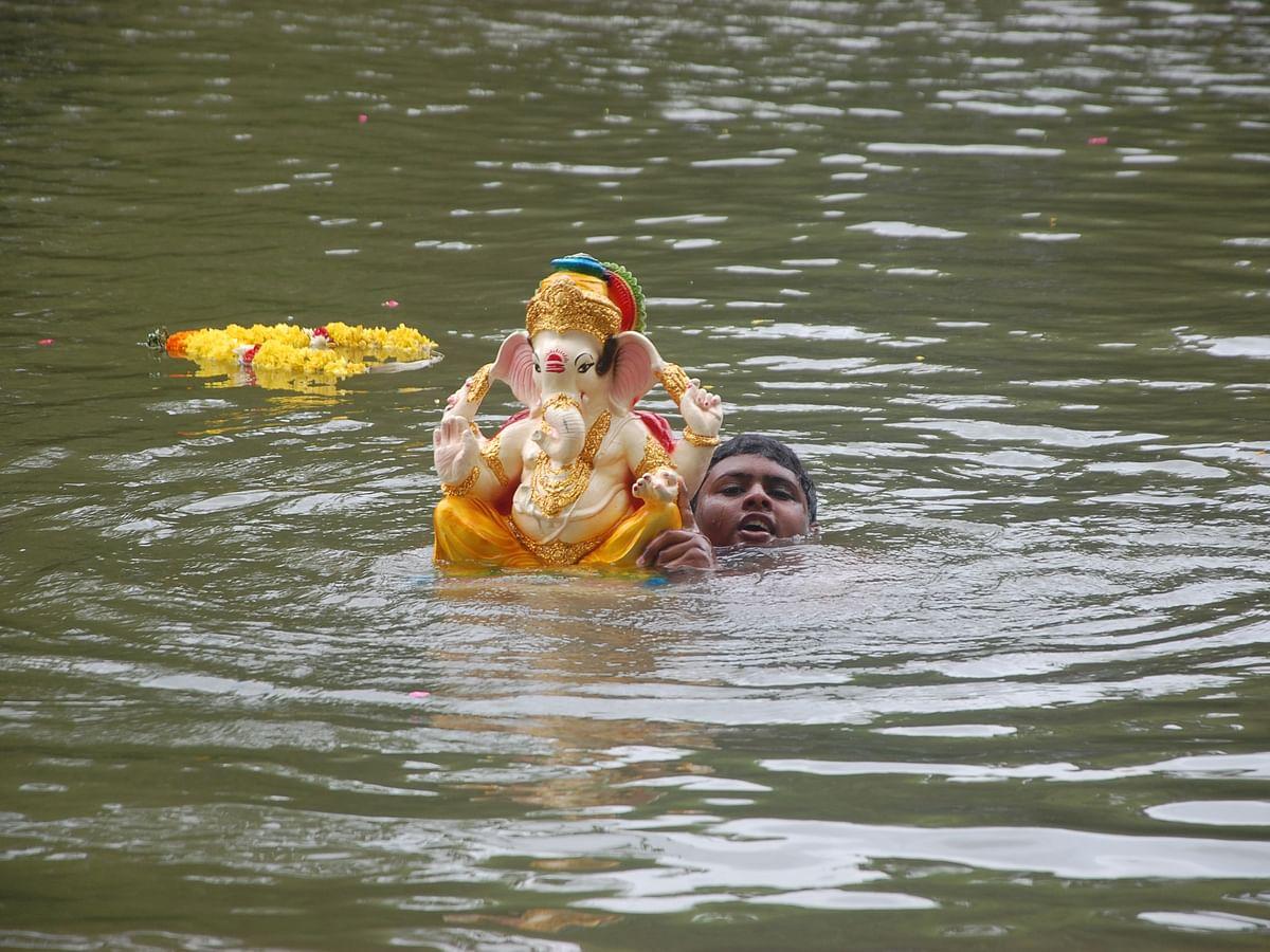 கன்னியாகுமரி: இல்லங்களில் பிரதிஷ்டை செய்த விநாயகர் சிலைகளை நீரில் கரைக்கும் மக்கள்! #VisualStory