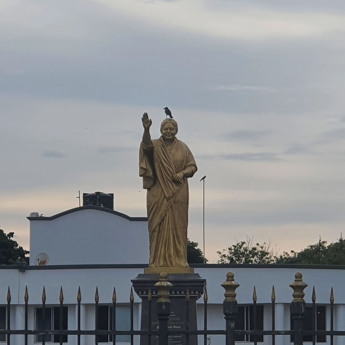 கேட்பாறற்ற நிலையில் ஜெயலலிதா சிலை
