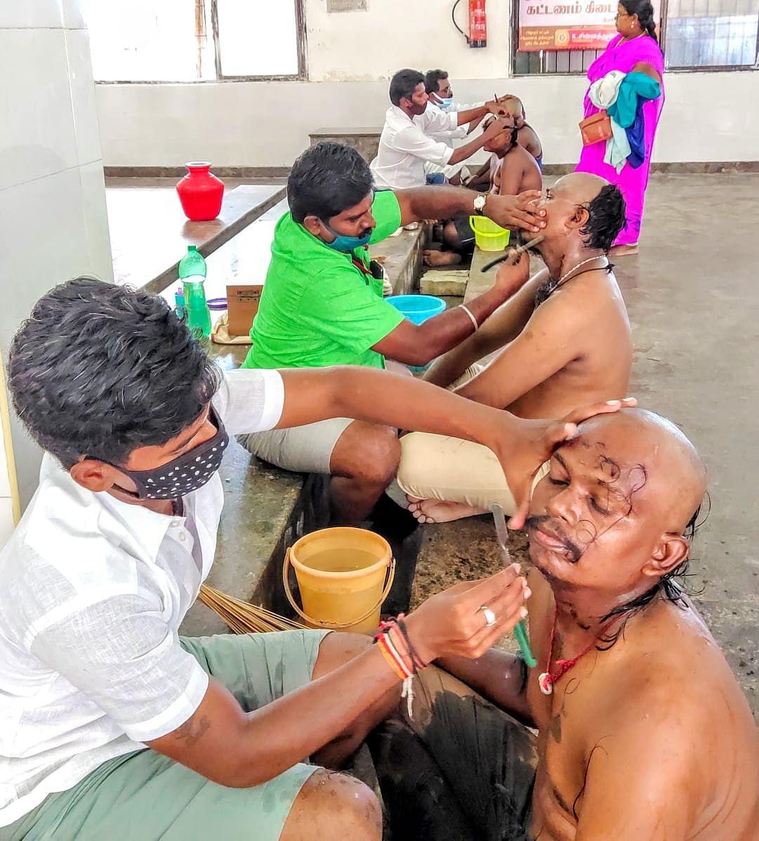 முடிக்காணிக்கை செலுத்திய பக்தர்கள்