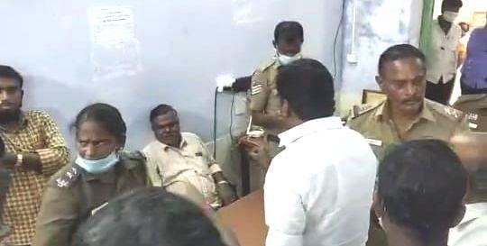 தேர்தல் அதிகாரியிடம் கேள்வி கேட்ட அதிமுக-வினர்