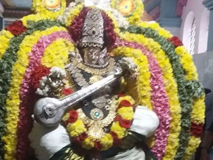 விஜயதசமி: கூத்தனூர் சரஸ்வதி கோயிலில் நோட்டு, புத்தகம் வைத்து வழிபாடு!