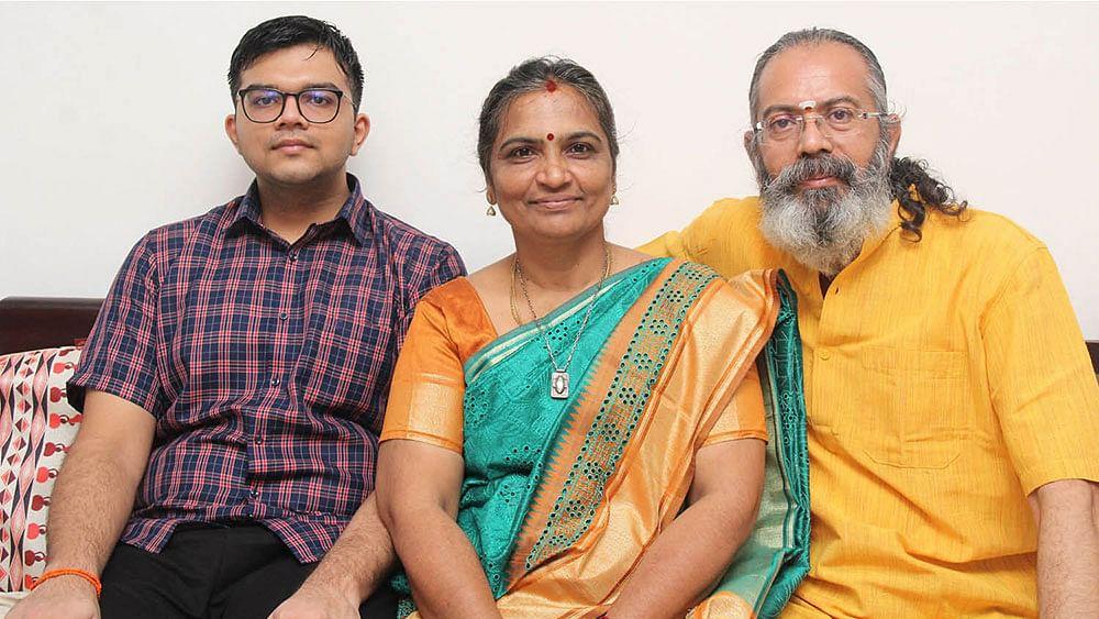 மகன் ஆகாஷ், மனைவி சித்ராவுடன் பிரகாஷ் ராமஸ்வாமி