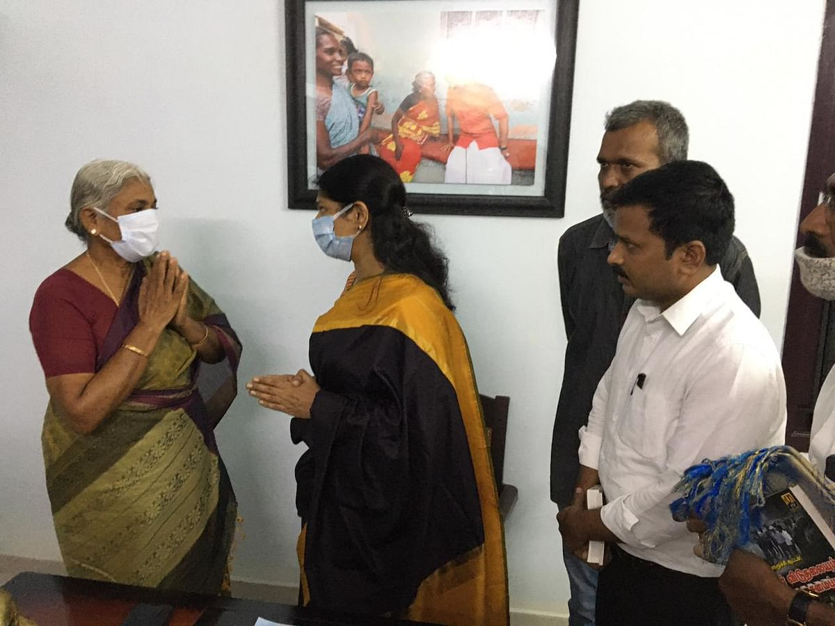கனிமொழியை சந்தித்த ராஜேஸ்வரி அம்மாள்