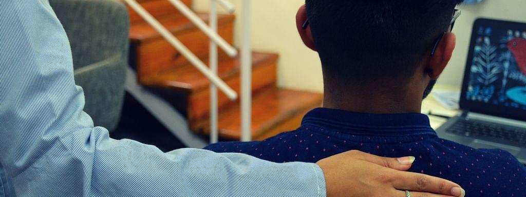 আত্মহত্যার কথা চিন্তা করছেন এমন ব্যক্তিকে আমি কীভাবে সাহায্য করতে পারি?