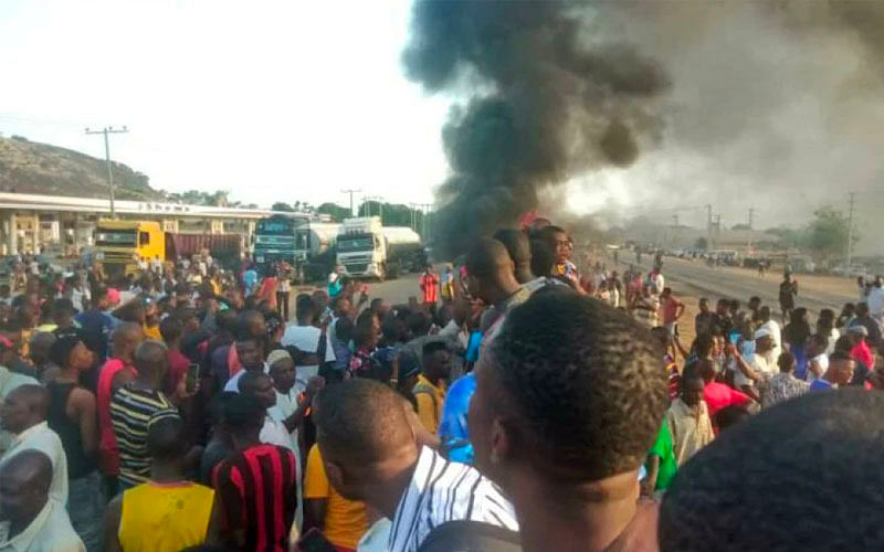 JUST IN: #RevolutionNow protesters block Abuja Airport Road