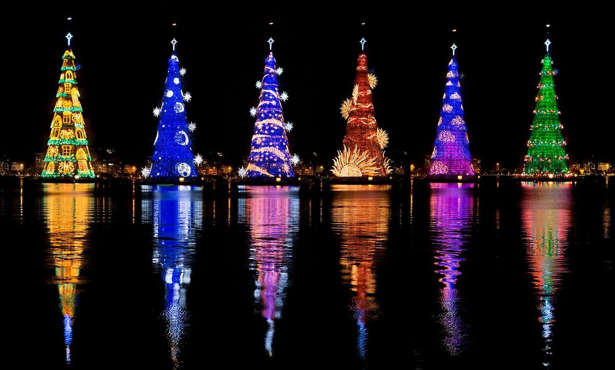 सबसे बड़ा व तैरता क्रिसमस ट्री रोशन