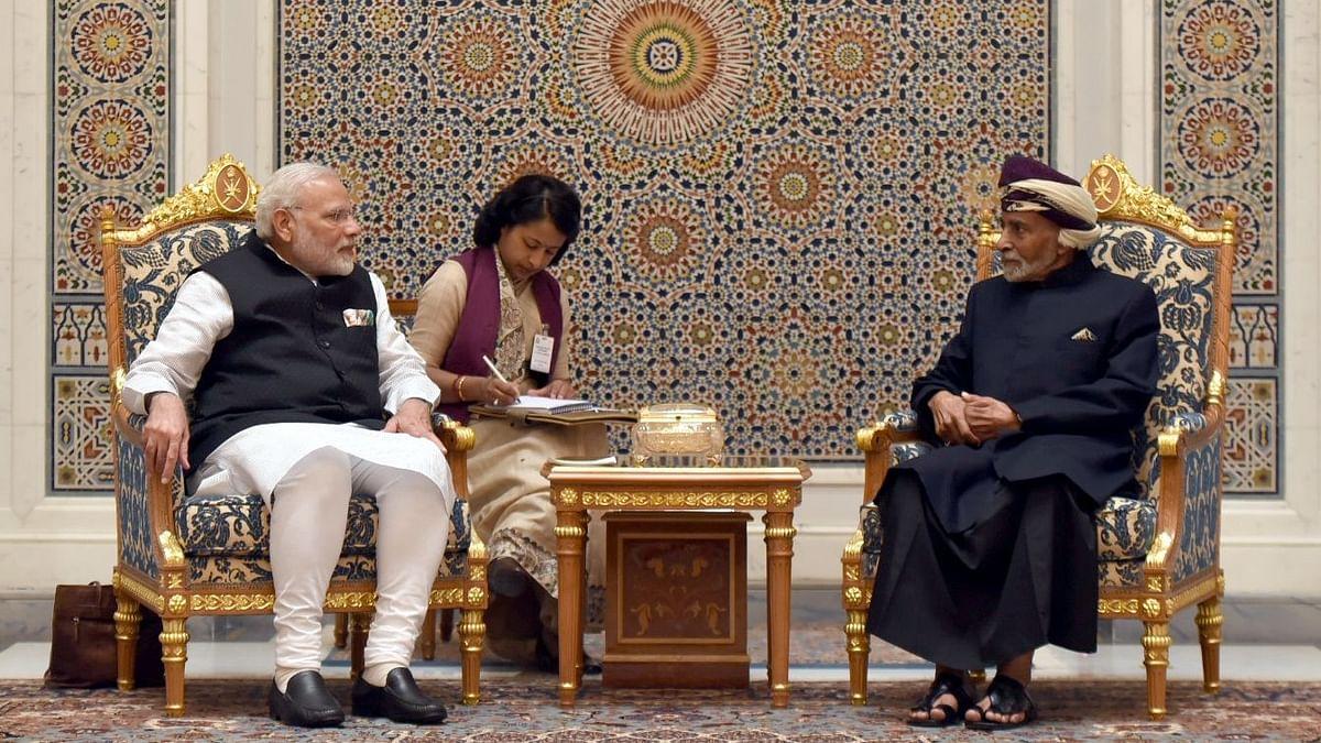 मस्कट में सुलतान कबूस के साथ भरतीय प्रधानमन्त्री नरेंद्र मोदी
