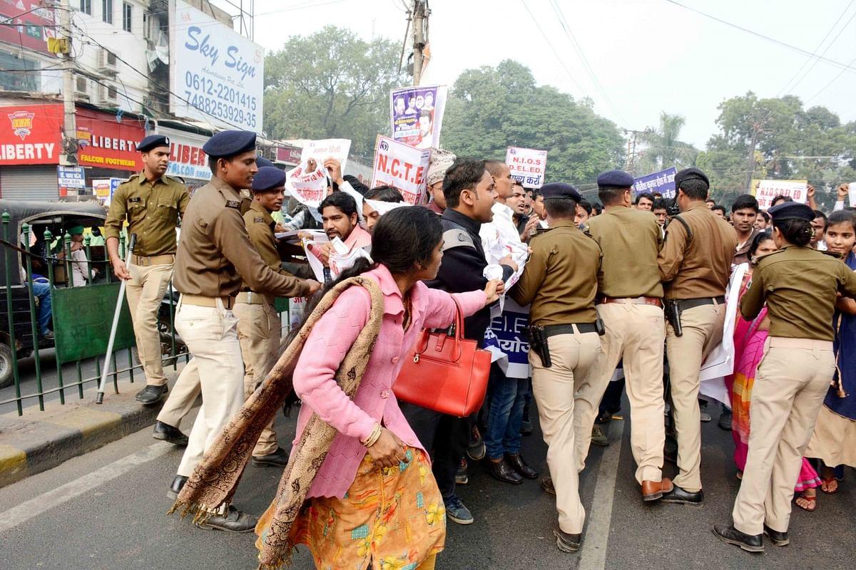 बिहार : नियोजित शिक्षक हड़ताल पर, स्कूलों में पठन-पाठन ठप