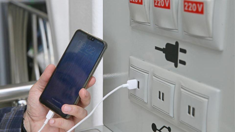 रातभर मोबाइल चार्ज करने से क्या असर पड़ता है आपके फोन पर?