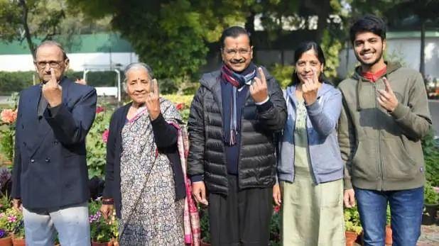 केजरीवाल ने परिवार संग डाला वोट, कहा- हम आश्वस्त हैं... वोटिंग जारी है  देखें Photo
