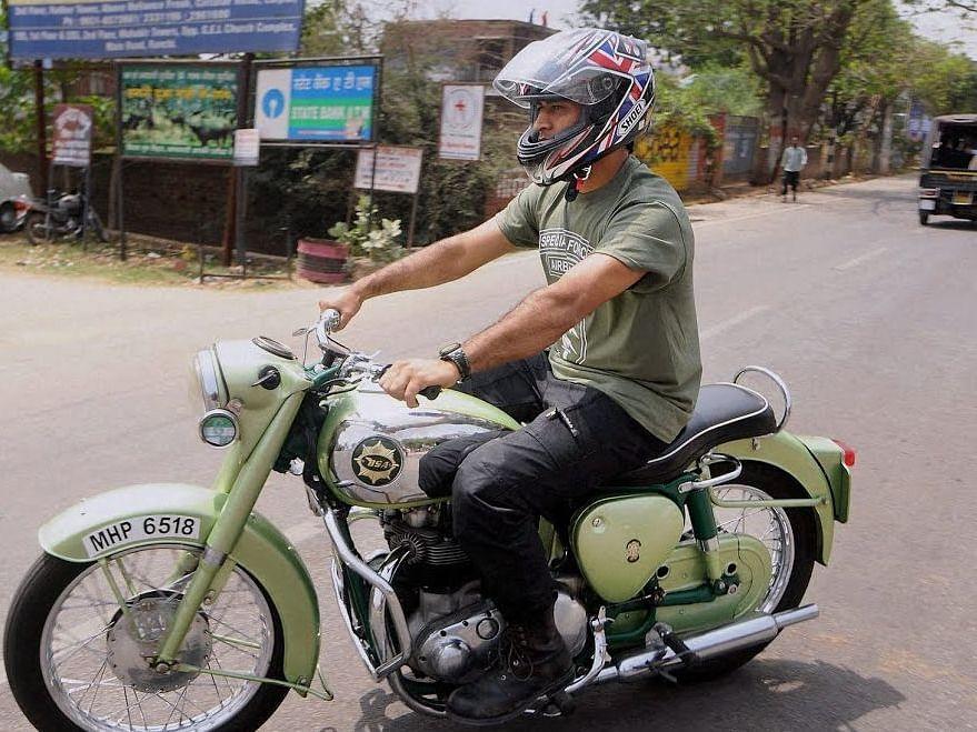 IPL की तारीख टलते ही धोनी पहुंचे अपने गांव...कर रहे बाइक राइडिंग