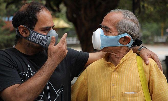 दिल्ली : मुस्तफाबाद के घरों में बनाए जा रहे मास्क