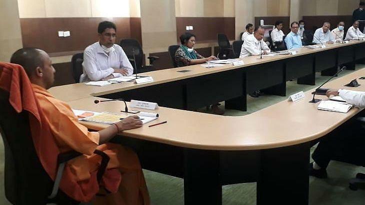 नोएडा की समीक्षा बैठक में योगी