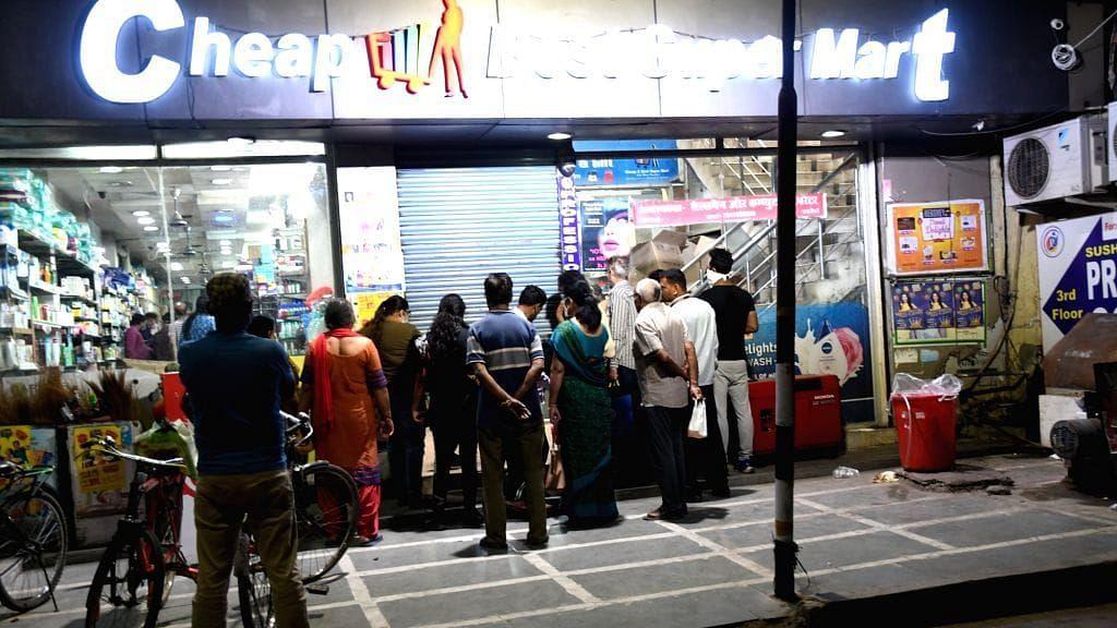 दिल्ली: सोशल डिस्टेंसिंग का कड़ाई से पालन कर रहे हैं रिटेल स्टोर, सामान की कोई कमी नहीं